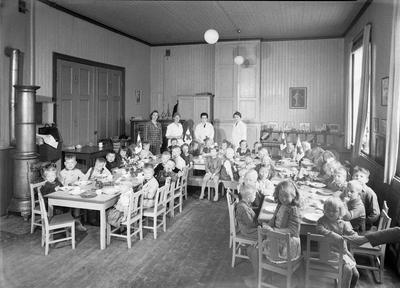 Ungdommens Røde Kors,s bespisning av barn i Lademoen Barneasyl