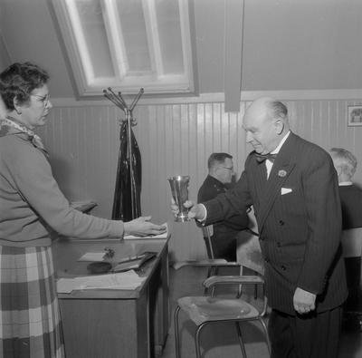 Idrettsutvalget overleverer H.M. Kongens Pokal til Politi og Brannv. (for Adr.)