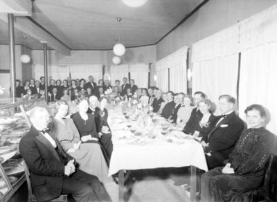 Folk samlet rundt festbord