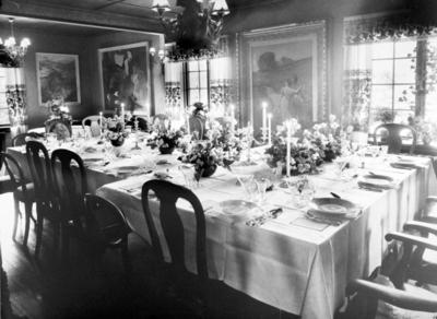 Stueinteriør med festdekket bord