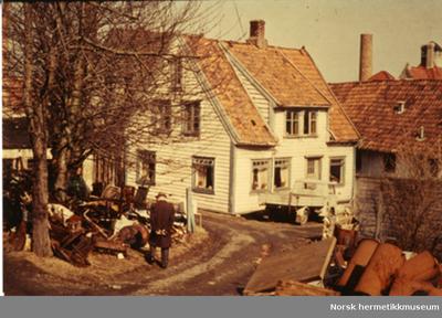 Bakfasaden til Norsk Hermetikkmuseum før restaurering. Legg merke til huset til venstre som ble fjernet.