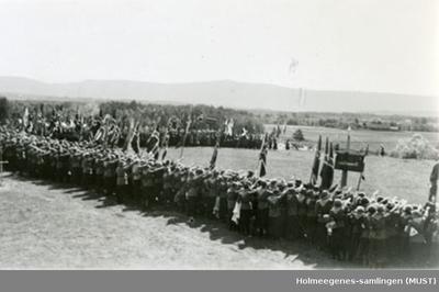 En mengde speidere med store norske flagg på speiderleir i 1935