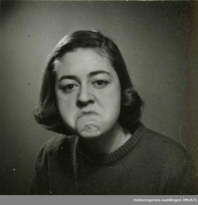Portrett/passfoto av en ung kvinne som geiper til fotografen!