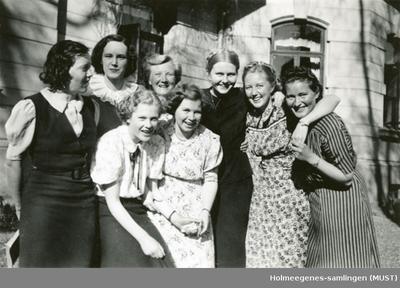 Åtte unge kvinner utendørs