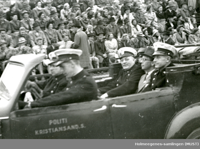 Politifolk i åpen bil