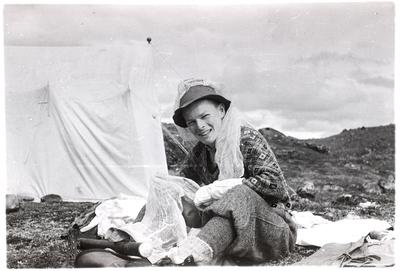 Fra foredragsrekken Landmålerlivet i Finnmark v/Axel Printz : Assistent Per Oppi ordner myggutstyret