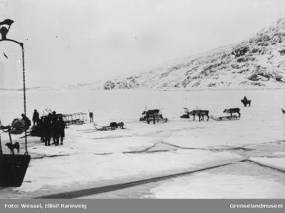Av- og pålasting av postbåten ved iskanten i Bøkfjorden utenfor Kirkenes