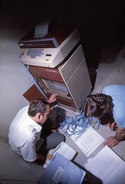Mannskap ved telexmaskinen på M/S 'Vikara' (b