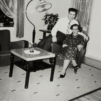 Ungt par sittende i stuen: Gretha og Kjell
