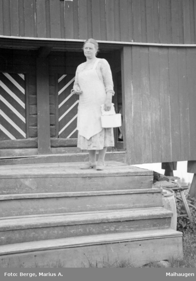 Kvinne på stabburstrappa på Grimsrud gård ved Ransfjorden