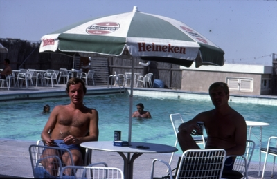 Mannskapet hygger seg ved bassenget