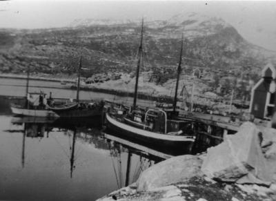 Båter ved kai i Skrolsvik