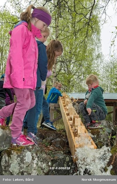 Skolebesøk ved Klevfos Industrimuseum i Løten våren 2016