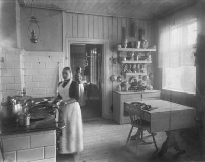 Tjenestepiker på kjøkkenet på Strandheim gård