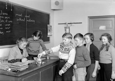 Skoleungdom hjelp v/ fru prof. Mack Andersen