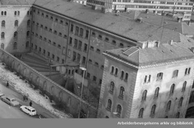 Grubbegaten og den gamle hovedpolitistasjonens (Møllergaten 19) fengsel med den gamle luftegården (Revet 1981)