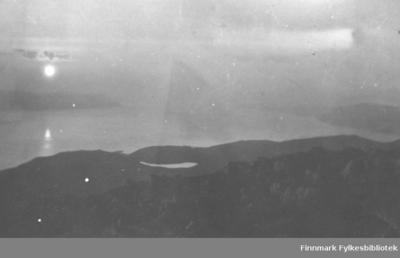 Midnatsol paa Algasvarre i juli 1917