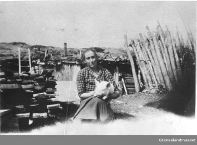 Agnes Johnsen med grisen på Bjørklund gård