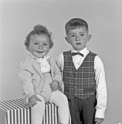 Portrett ung gutt med lita jente - bestiller Elfrid Ekeland