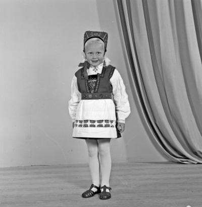Portrett ung jente i bunad
