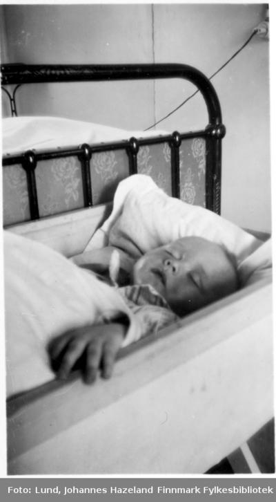 Sovende baby Frithjof Lund i familiens hjem i Hammerfest