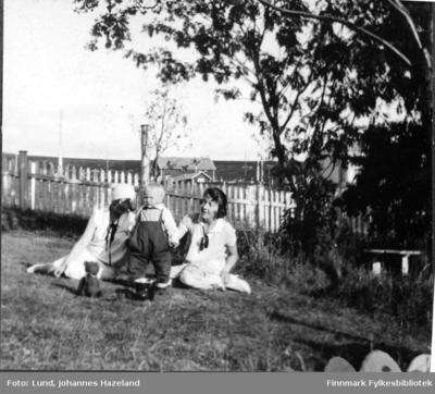 Frithjof Lund i hagen sammen med to kvinner