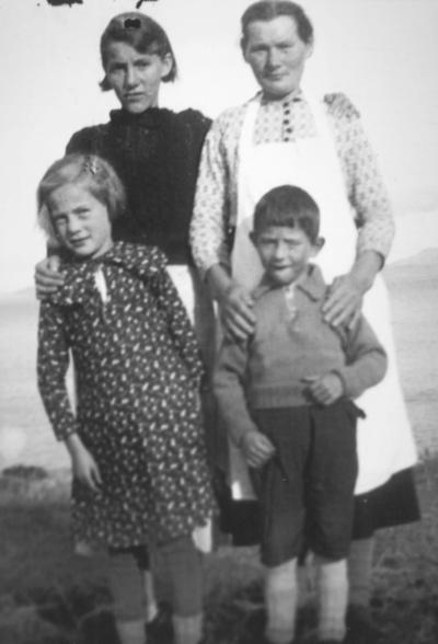 Bak: Tante Hjørdis og Bestemor [Bergitte Johannessen]