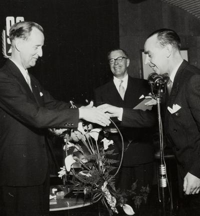 Klubbformann Gulliksen gratulerer på vegne av Sykkelfabrikkens ansatte og overrekker blomster til Tor Øglænd.