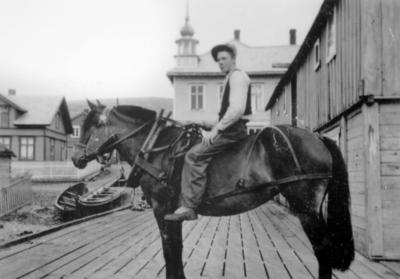 'Bjarne Strige til hest på Martenskaia i Kiberg