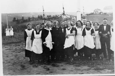 Servitriser og servitører utenfor Østre Toten Festivitetslokale i forbindelse med Den store Amerika-festen i 1925 til minne om de første nordmenn som utvandret fra Norge