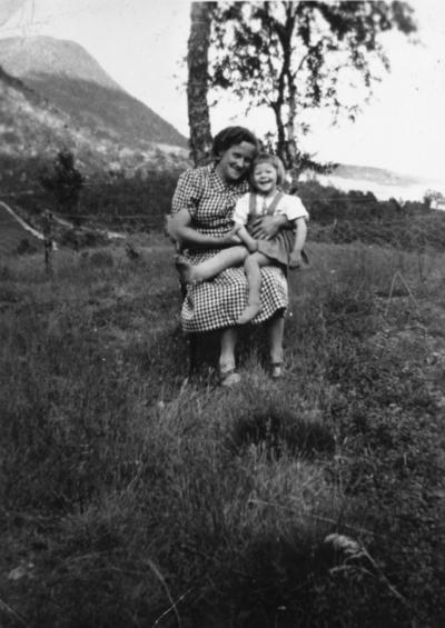 Jenny Jakobsen med dattera Unni på fanget