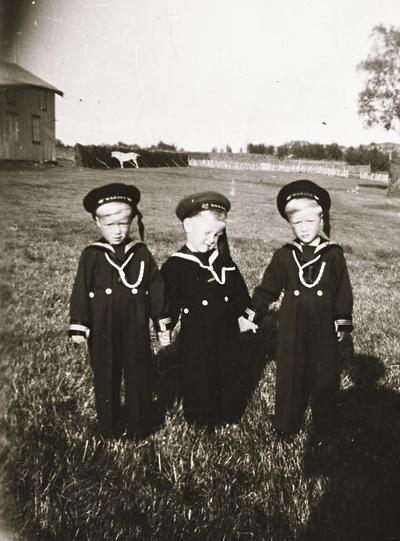 Tre barn i matrosdress