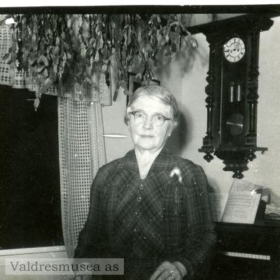 Portrett av Kristine Klemmetsrud i hennes hjem