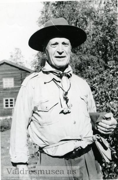 Portrett av Eyvind Knutsen iført speideruniform