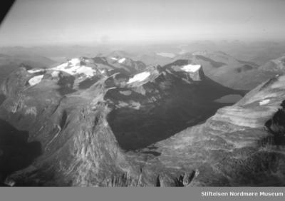 Flyfoto over fjellandskap