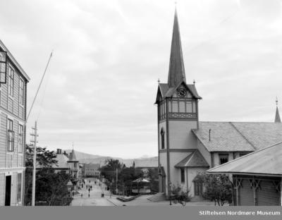 Et bilde fotografert nedover Skolegata