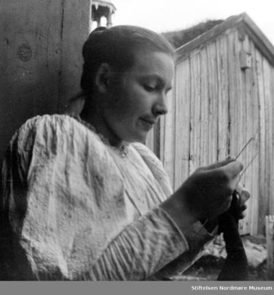 Foto av en kvinne med strikketøyet