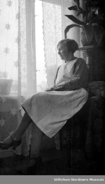 Foto av en kvinne med hvitt forkle