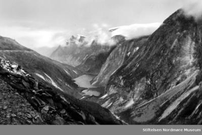 Fotografi av utsikten over et fjellandskap og en dalbunn