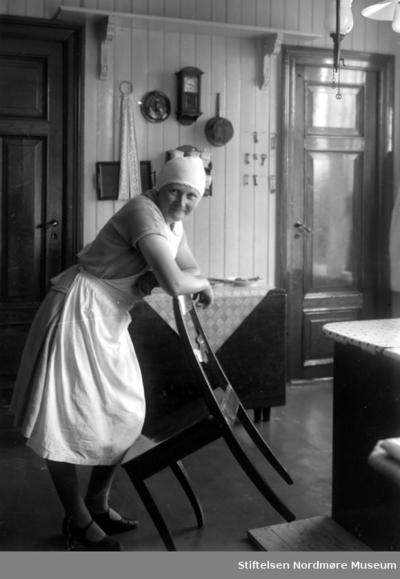 Foto av en husmor/kjøkkenkvinne (tjenestepike?)