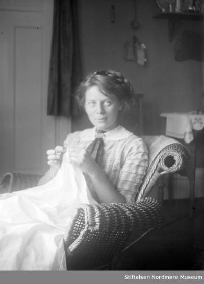 Foto av en kvinne med håndarbeid