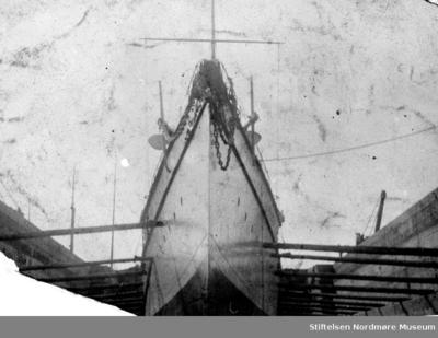 En hvitmalt båt liggende på slipp (patentslipp)på Storvik mekaniske verksted på Dale