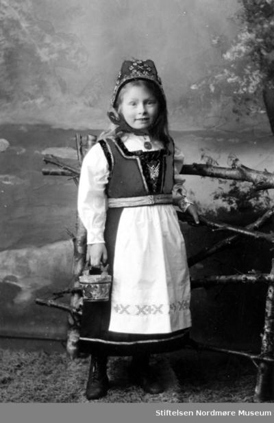 Portrett av en ung pike iført bunad