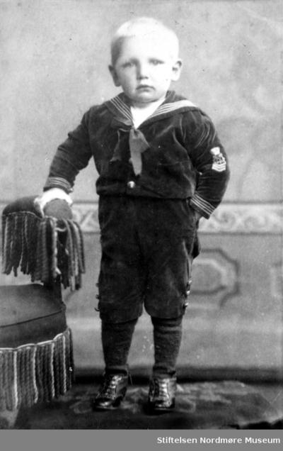 Studioportrett av en liten gutt iført seileruniform
