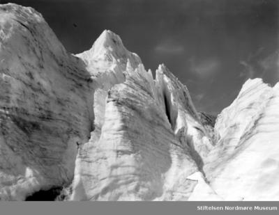 Fjellandskap med snødekte fjelltopper Ukjent hvor