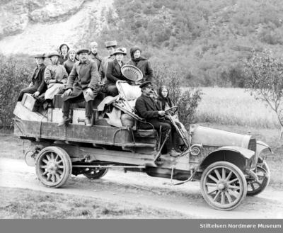 Foto av den første bilen i Sunndal kommune