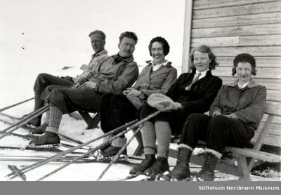 Foto av to menn og tre kvinner
