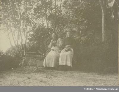 To eldre kvinner og et lite barn i barnevogn på Fagernes på Frei i Kristiansund kommune
