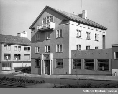 Kristiansund Spareskillingsbanks nybygg i krysset med Storgata
