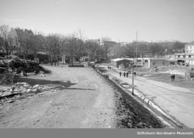 Brakker langs to paralelle grusveier i Kristiansund